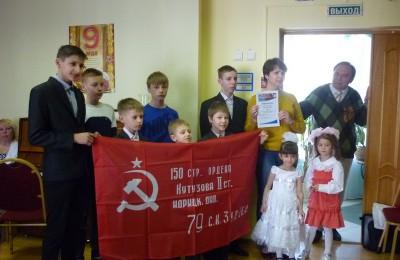 «Единая Россия» вручила копию Знамени Победы детскому дому № 71
