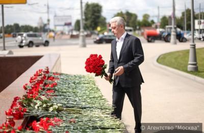 Мэр Москвы Сергей Собянин возложил букет к месту аварии