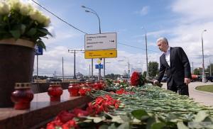 Мэр Москвы Сергей Собянин почтил жертв прошлогодней аварии в метро