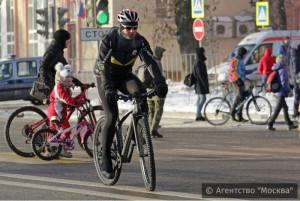 Житель Москвы на велосипеде