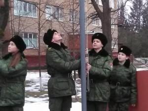 Ученики поднимают флаг над плацем