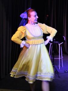 Анастасия Ушакова танцует русскую кадриль