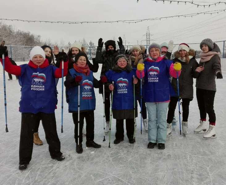 Участники тренировки по скандинавской ходьбе