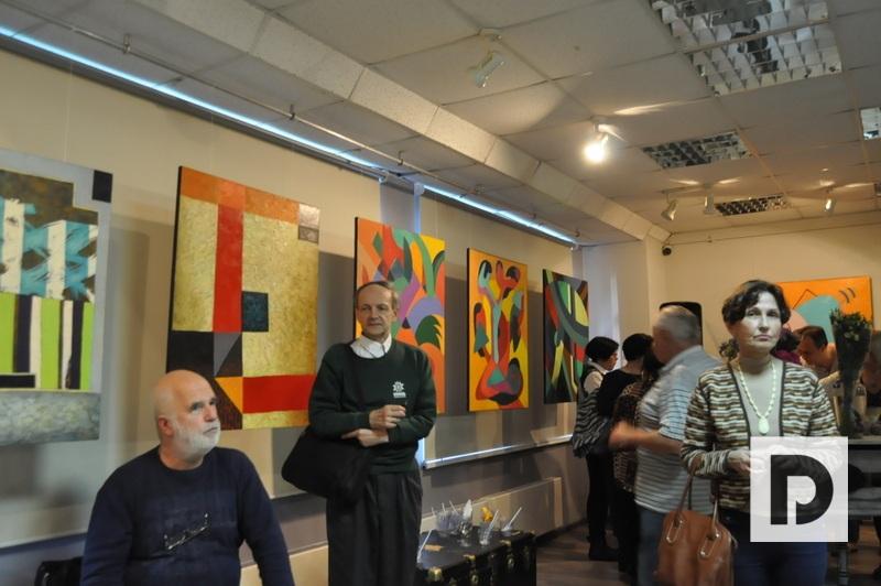 На выставке «Резонанс: от цвета к фактуре и объему»