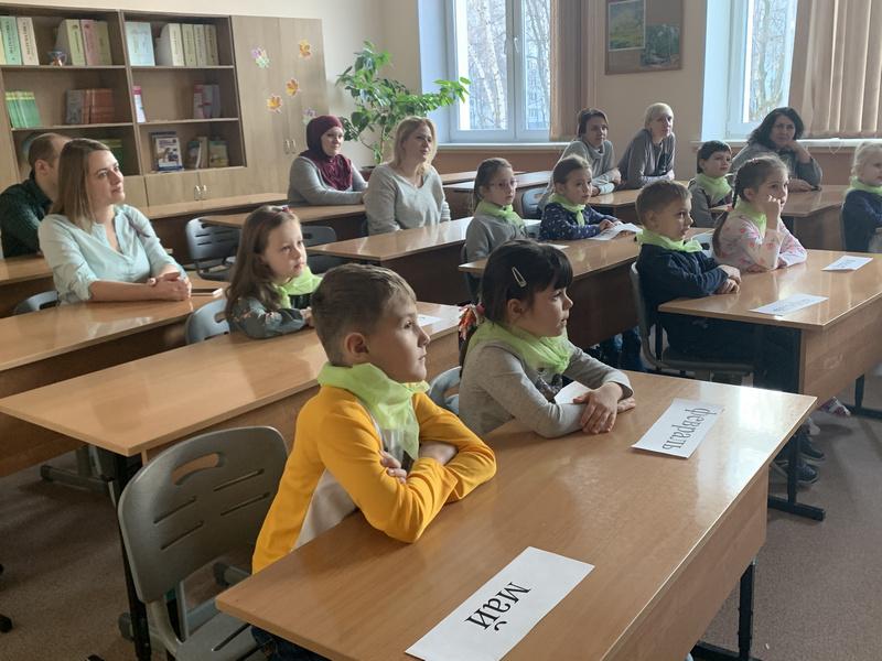 ДОД в школе 878 дети и родители в классе за партами