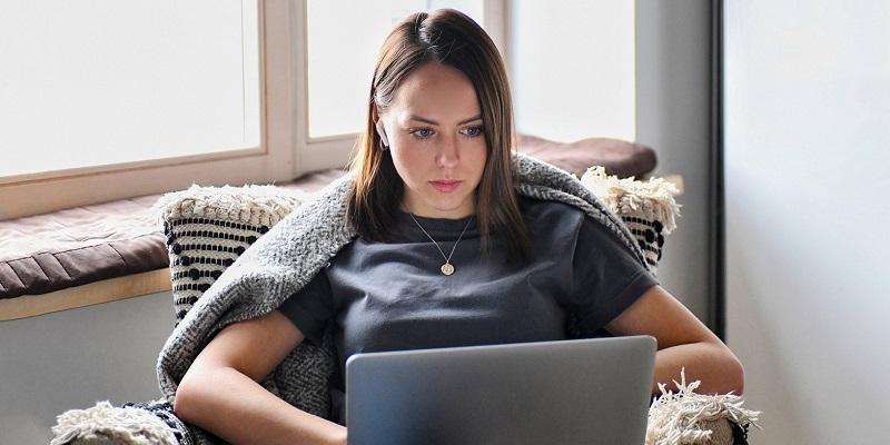 Цифровой пропуск, девушка, ноутбук,