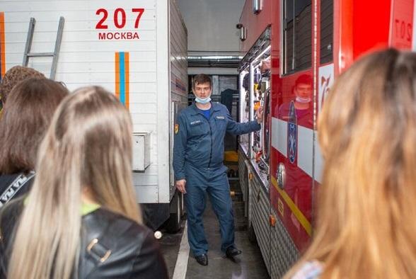 За год московские спасатели и пожарные провели занятия по правилам безопасности для 113 тысяч школьников. Фото: Пресс-служба Департамента по делам гражданской обороны, чрезвычайным ситуациям и пожарной безопасности города Москвы