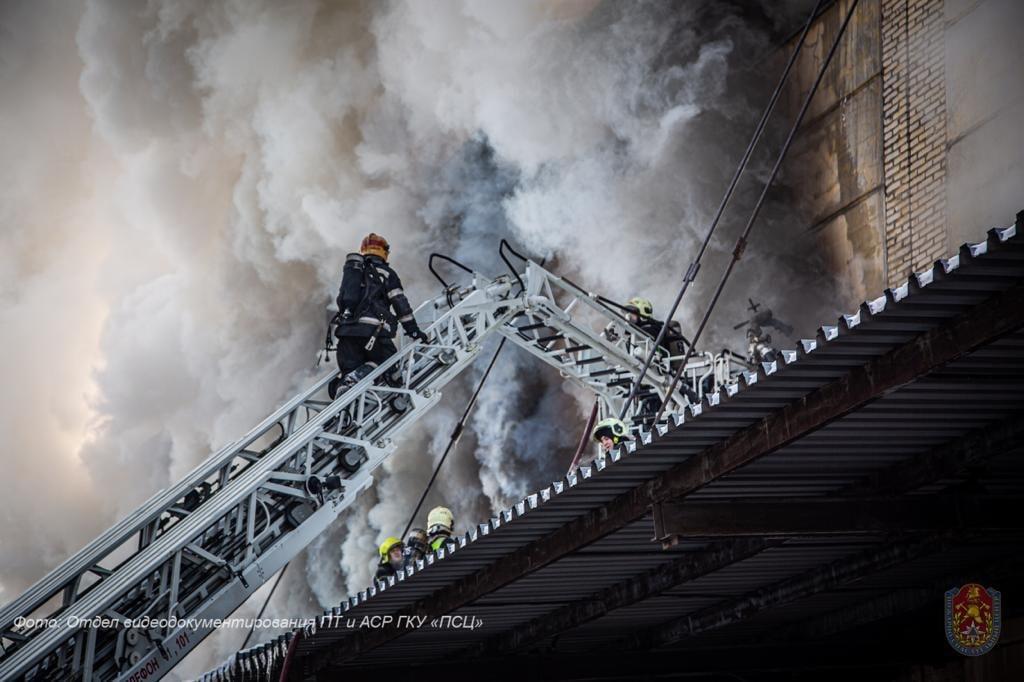 Пожарные столицы потушили склад в Царицыне. Фото: Пресс-служба Департамента по делам гражданской обороны, чрезвычайным ситуациям и пожарной безопасности города Москва