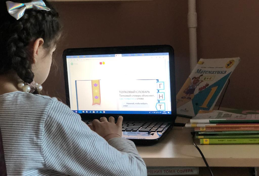Сотрудники библиотеки №152 провели онлайн-встречу со школьниками. Фото: Патимат Абдурахманова