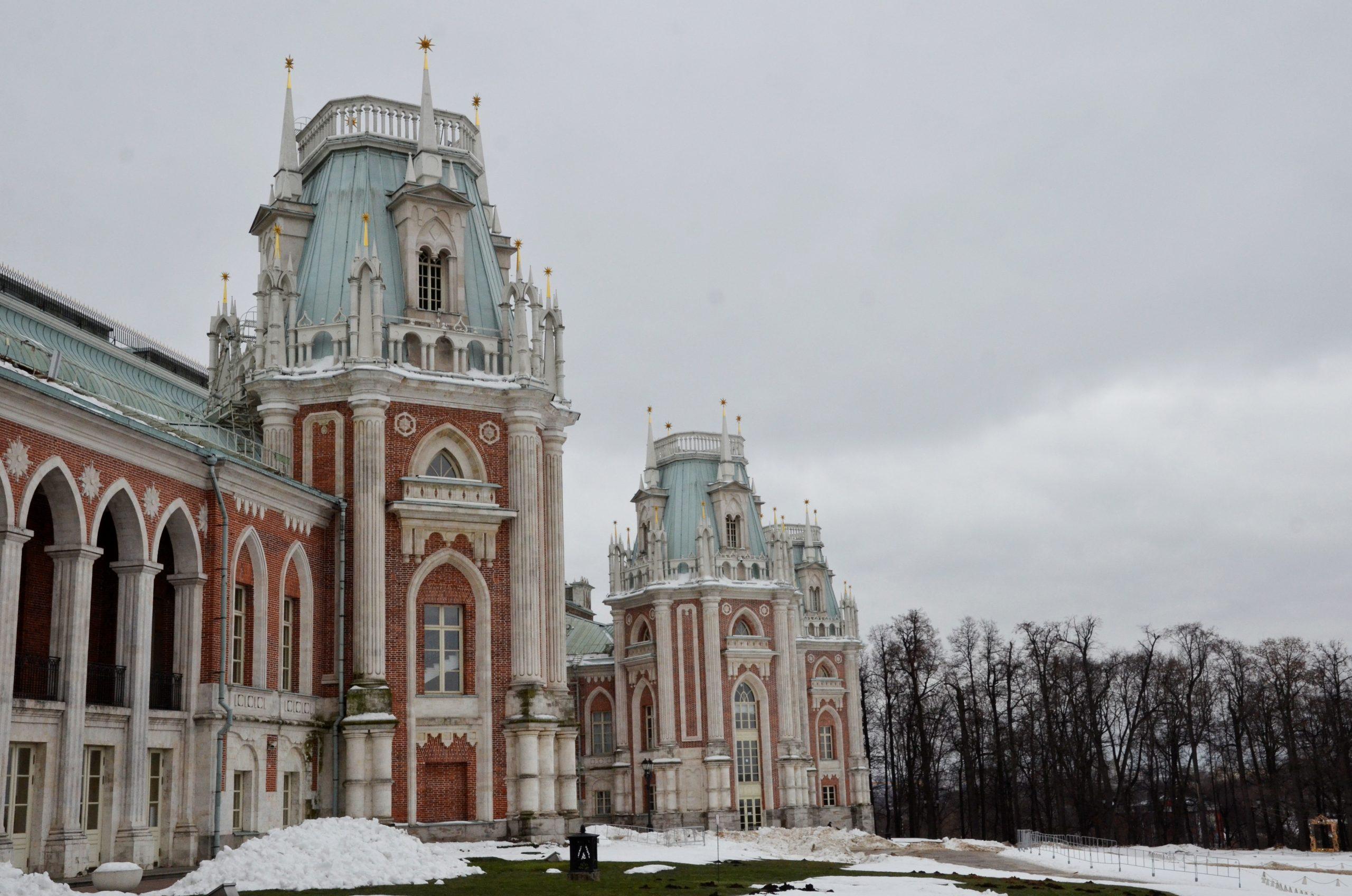 Работники Музея «Царицыно» рассказали об одном из экспонатов. Фото: Анна Быкова